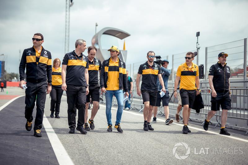 Carlos Sainz Jr., Renault Sport F1 Team camina por la pista