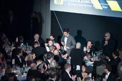 Enaam Ahmed, British Club Driver of the Year Award ödülünü alıyor