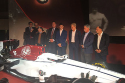 Marcus Ericsson y Charles Leclerc, Sauber, Jean Todt, Presidente, FIA, Chase Carey, CEO y Chairman d