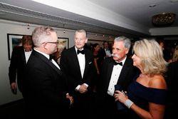 Sean Bratches, directeur des opérations commerciales du Formula One Group, Chase Carey, directeur exécutif du Formula One Group, avec des invités