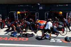 Max Verstappen, Red Bull Racing RB14, s'arrête au stand