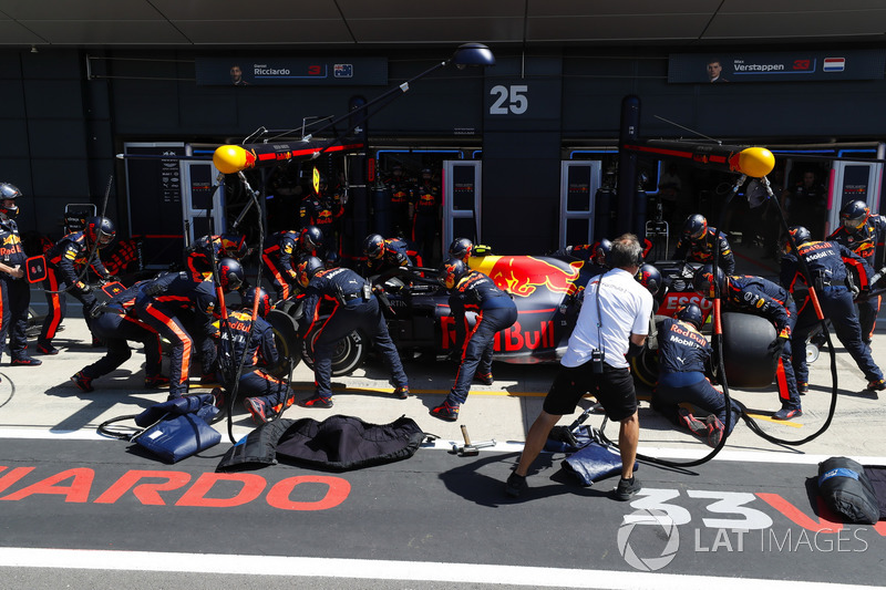 Max Verstappen, Red Bull Racing RB14, en boxes