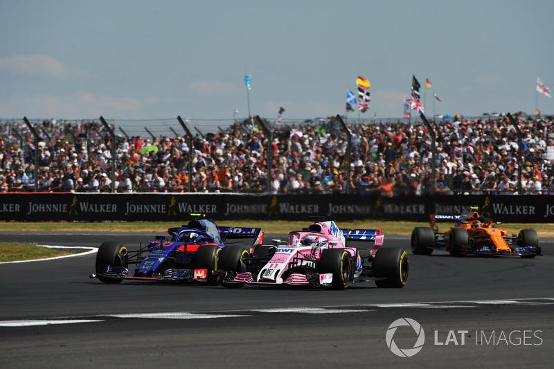 Pierre Gasly, Scuderia Toro Rosso STR13 y Sergio Perez, Force India VJM11