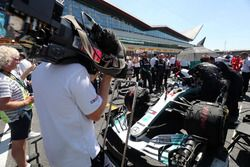 Lewis Hamilton, Mercedes AMG F1 W09, in griglia di partenza