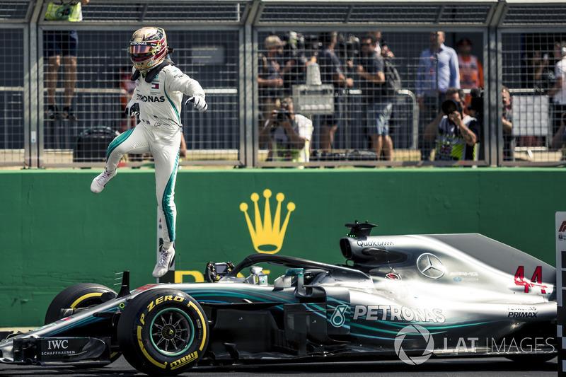 Le poleman Lewis Hamilton, Mercedes-AMG F1, dans le parc fermé