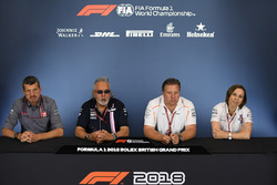 Guenther Steiner, Team Prinicipal, Haas F1 Team, Dr. Vijay Mallya, proprietario del team Force India Formula One e Zak Brown, CEO McLaren Racing, e Claire Williams, Vice Team Principal Williams, nella conferenza stampa