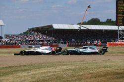 Sergey Sirotkin, Williams FW41 y Lewis Hamilton, Mercedes-AMG F1 W09