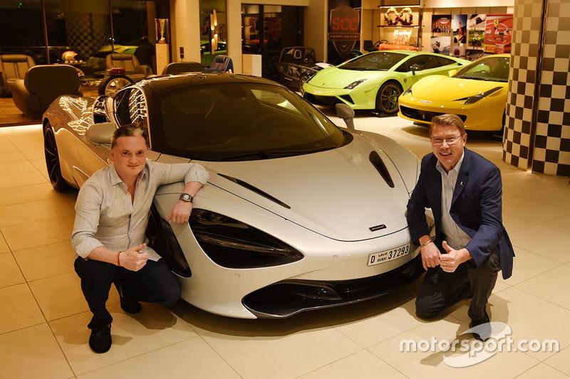 Mika Hakkinen e Gautam Singhania con la sua McLaren 720S