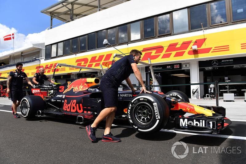 Mecánicos de Red Bull Racing con el RB14 en el pit lane