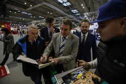 Nigel Mansell zet handtekeningen voor fans