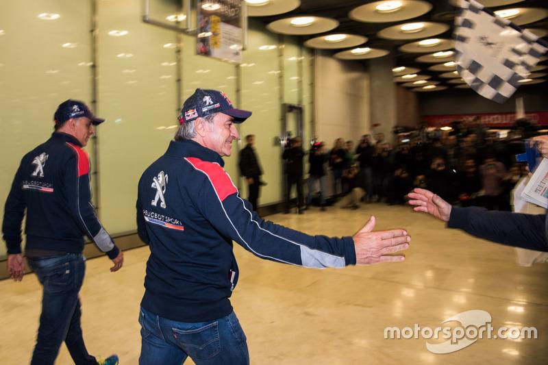 Carlos Sainz, Lucas Cruz, Peugeot Sport arrive at the airport