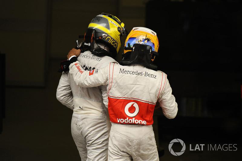 Росберга поздравил с победой Хэмилтон, вышедший в лидеры чемпионата благодаря третьему месту. Тогда ему с Росбергом еще нечего было делить