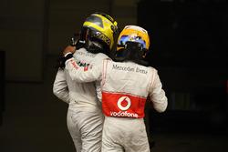 Ganador de la carrera Nico Rosberg, Mercedes AMG F1 W03 y el tercer lugar Lewis Hamilton, McLaren ce