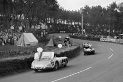 #6 Jaguar D-type: Mike Hawthorn, Ivor Bueb leads #19 Mercedes Benz 300S: Juan Manuel Fangio, Stirling Moss