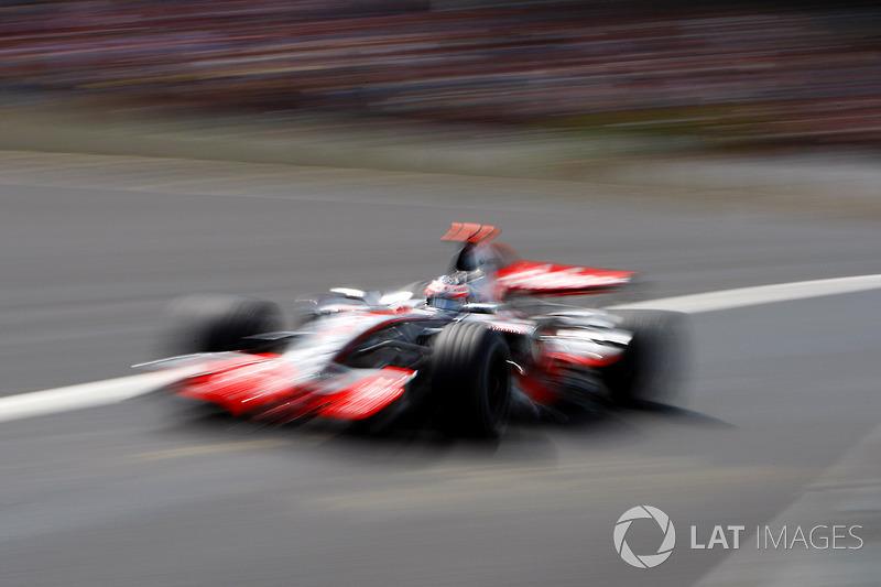 Алонсо сохранял неплохие шансы на титул, но вконец испортил отношения с McLaren. Все было настолько плохо, что на «Интерлагосе» в боксах McLaren дежурили представители FIA, которые должны были воспрепятствовать возможному саботажу со стороны команды