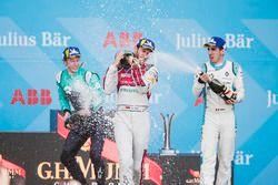 Daniel Abt, Audi Sport ABT Schaeffler, celebra en el podio después de ganar la carrera con Oliver Tu