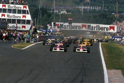 Alain Prost, McLaren MP4 / 4 lidera a su compañero de equipo Ayrton Senna, McLaren MP4 / 4 e Ivan Capelli, March 881 al inicio