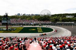 Daniel Ricciardo, Red Bull Racing RB14, devant Kimi Raikkonen, Ferrari SF71H, et Esteban Ocon, Force India VJM11