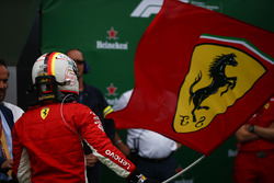 Sebastian Vettel, Ferrari, 1e plaats, met een Ferrari-vlag