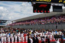 Les pilotes avec les Grid Kids pendant l'hymne national