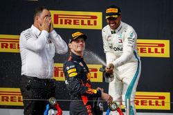Ron Meadows, Sporting Director, Mercedes AMG, Max Verstappen, Red Bull Racing, Lewis Hamilton, Mercedes AMG F1, op het podium