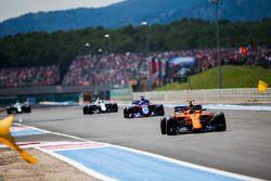 Stoffel Vandoorne, McLaren MCL33, devant Brendon Hartley, Toro Rosso STR13, et Lance Stroll, Williams FW41