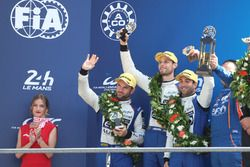 LMP2 podium: tweede plaats Nicolas Lapierre, Andre Negrao, Pierre Thiriet, Signatech Alpine
