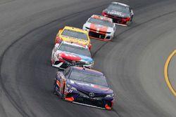 Denny Hamlin, Joe Gibbs Racing, Toyota Camry FedEx Freight e Kyle Busch, Joe Gibbs Racing, Toyota Camry M&M's Red White & Blue