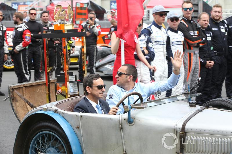 Il trofeo della 24 Ore di Le Mans 24 arriva su un'auto guidata da Pierre Fillon, Presidente ACO