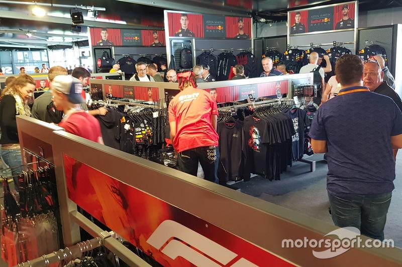 Fans sibuk berbelanja di F1 Store