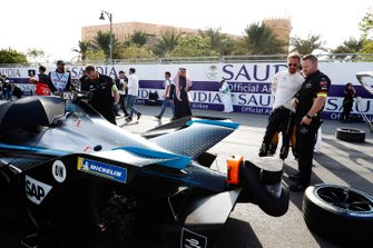 Jean-Eric Vergne, DS Techeetah examines Nyck De Vries' (NLD), Mercedes Benz EQ, EQ Silver Arrow 01 on the grid