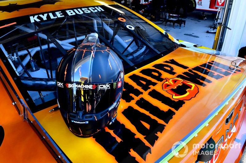Kyle Busch, Joe Gibbs Racing, Toyota Camry M&M's Halloween helmet