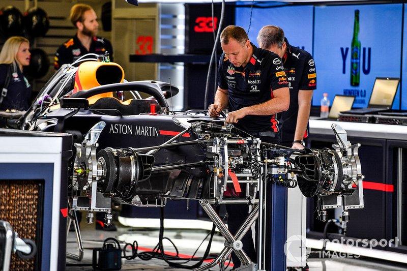 Dentro del garaje del equipo de Red Bull trabajando en un coche