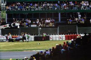 Маршалы эвакуируют Williams FW19 Жака Вильнёва