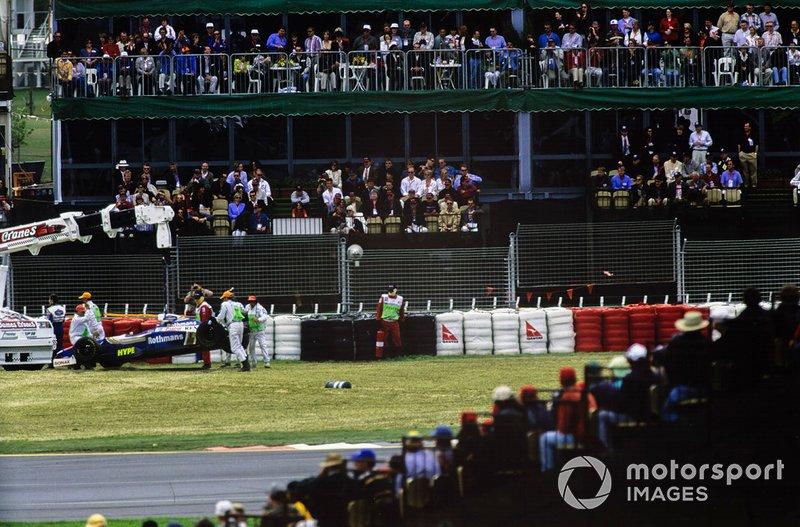 Oficiales de pista retiran el monoplaza de Heinz-Harald Frentze, Williams FW19