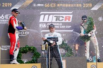 Podium: Winnaar Andy Priaulx, Cyan Performance Lynk & Co 03 TCR, tweede Rob Huff, SLR VW Motorsport Volkswagen Golf GTI TCR, derde Jean-Karl Vernay, Leopard Racing Team Audi Sport Audi RS 3 LMS