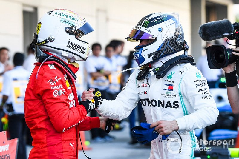Sebastian Vettel, Ferrari, secondo classificato, si congratula con Valtteri Bottas, Mercedes AMG F1, primo classificato, al Parc Ferme