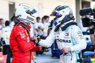 Sebastian Vettel, Ferrari, 2e plaats, feliciteert Valtteri Bottas, Mercedes AMG F1, 1e plaats, in Parc Ferme