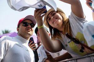 Une fan prend un selfie avec Felipe Massa, Venturi