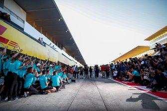 Il team Mercedes dopo la vittoria in gara e per il titolo dei costruttori 2019