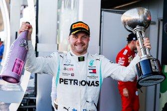 Valtteri Bottas, Mercedes AMG F1, primo classificato, con il trofeo e lo Champagne
