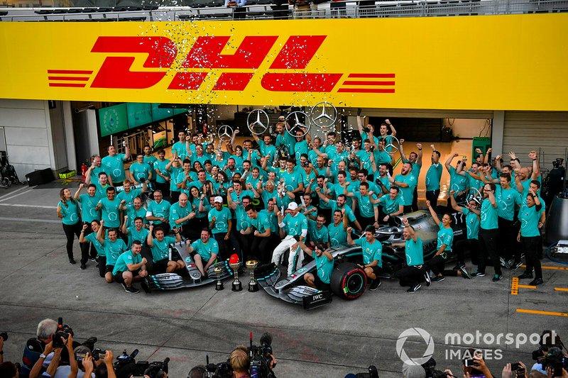 Le vainqueur Valtteri Bottas, Mercedes AMG F1, le troisième, Lewis Hamilton, Mercedes AMG F1, et l'équipe fêtent le titre constructeurs de Mercedes, le sixième consécutif