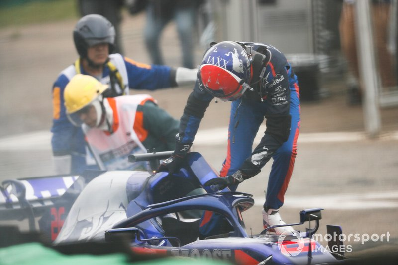 Daniil Kvyat, Toro Rosso STR14 getting out of the car after crashing