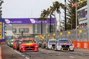 Шейн ван Гисберген, Triple Eight Race Engineering, Holden ZB Commodore, и Скотт Маклафлин, DJR Team Penske, Ford Mustang GT