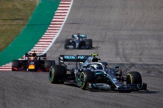 Valtteri Bottas, Mercedes AMG W10, Max Verstappen, Red Bull Racing RB15 y Lewis Hamilton, Mercedes AMG F1 W10