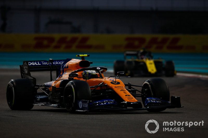 Lando Norris, McLaren MCL34, precede Daniel Ricciardo, Renault F1 Team R.S.19
