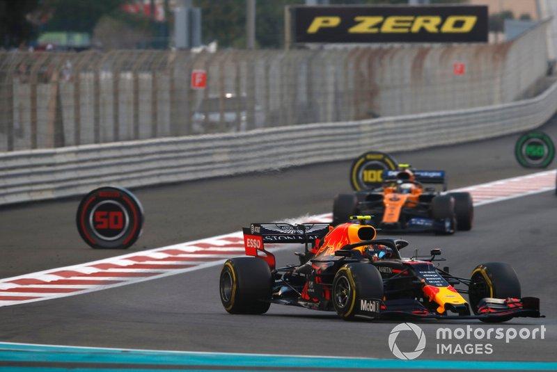 Alexander Albon, Red Bull RB15, precede Lando Norris, McLaren MCL34