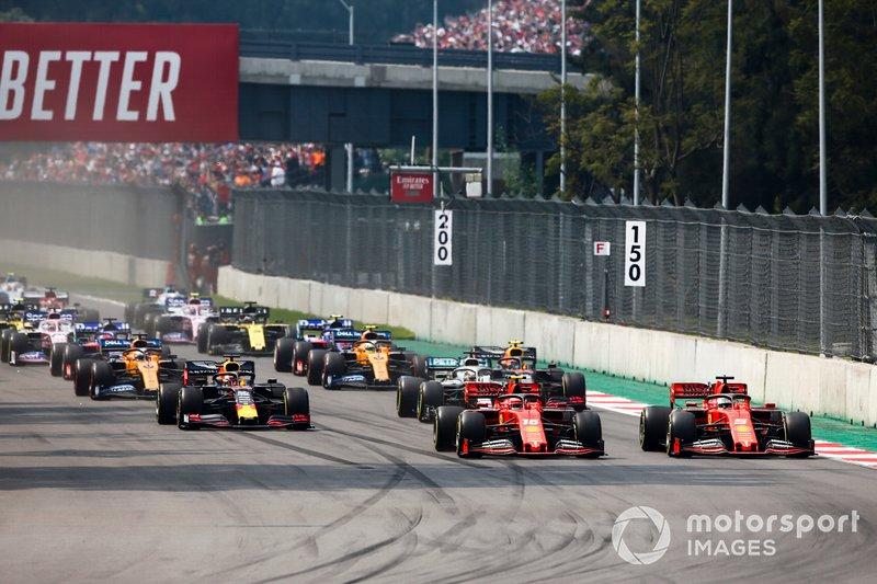 Charles Leclerc, Ferrari SF90, precede Sebastian Vettel, Ferrari SF90, Lewis Hamilton, Mercedes AMG F1 W10, Max Verstappen, Red Bull Racing RB15, Carlos Sainz Jr., McLaren MCL34, e il resto delle auto all'inizio della gara