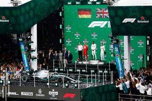 Sebastian Vettel, Ferrari, deuxième, Lewis Hamilton, Mercedes AMG F1, vainqueur, et Valtteri Bottas, Mercedes AMG F1, troisième, sur le podium