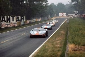 Jacky Ickx, Jackie Oliver, Ford GT40, precede David Hobbs, Mike Hailwood, Ford GT40, Hans Herrmann, Gerard Larrousse, Porsche 908, e Rudi Lins, Willi Kauhsen, Porsche 908